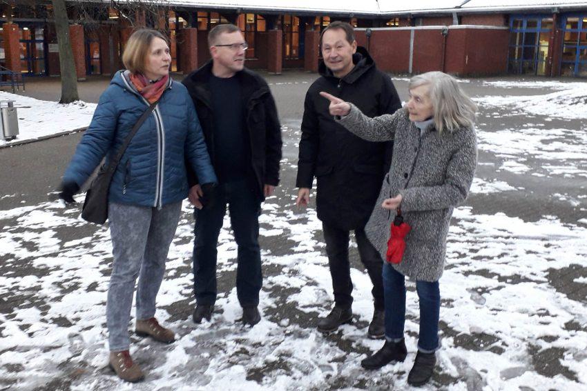 v.l. Lucia Musbach, Jürgen Hausmann, Frank Droste und Monika Lücke vor Ort an der Gesamtschule Wanne.
