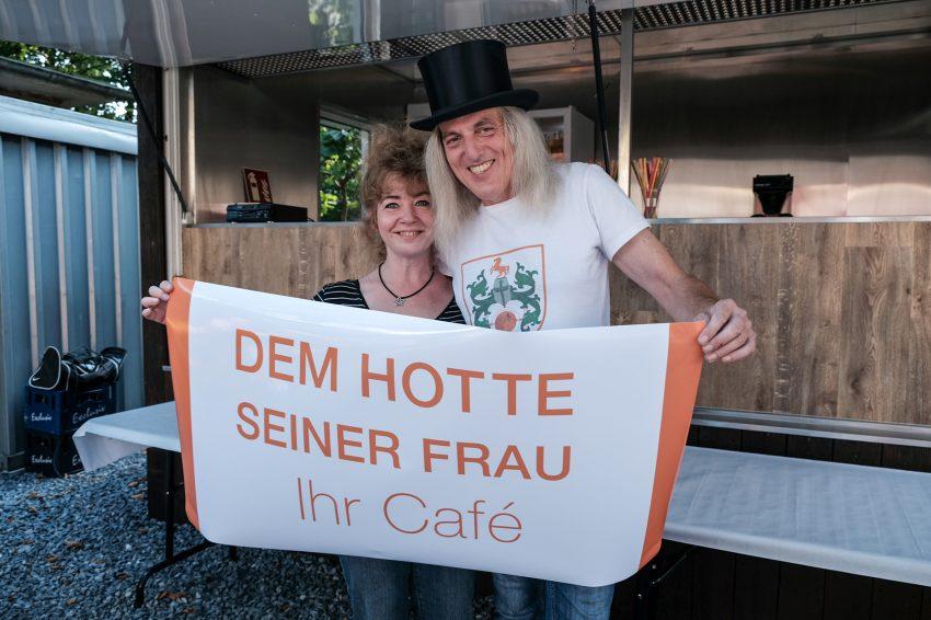 Die inoffizielle Eröffnung des Cafés im Hof des Heimatmuseums - Fritzchen Das Gleiscafé. Die neuen Besitzer sind: Sandra Apostel und Mondritter Graf Hotte.