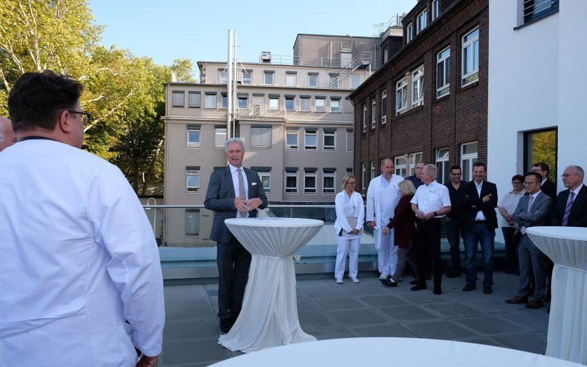 Geschäftsführer Heinz-Werner Bitter bei der offiziellen Eröffnungsfeier auf der Terrasse des neuen Anbaus.