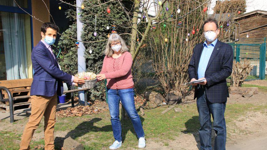 Flemming Menges (OV-Vorsitzender), Ines Falkenberg (Leitung Kita Wilde Wiese) undUlrich Klonki (Stadtverordneter Sodingen)