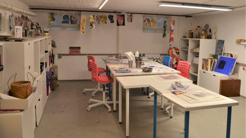 Im Keller stehen Räumlichkeiten für Workshops und Kurse zur Verfügung.