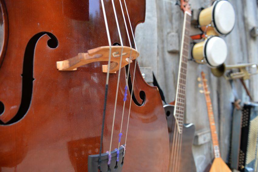 Jede Menge Musikinstrumente stehen zur Auswahl.