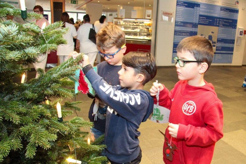 Kinder der Kindertagesstätte am Evangelischen Krankenhaus schmückten den Tannenbaum in der Eingangshalle des EvK Herne.
