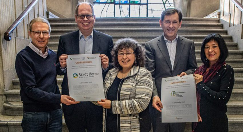 v.l. Christian Wald(Palliativ-Netzwerk), Johannes Chudziak (Stadt Herne), Karin Leutbecher (Palliativ Netzwerk), Oberbürgermeister Dr. Frank Dudda und Brunhilde Schlachter (Palliativ Netzwerk)