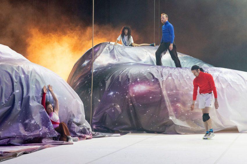 """In Deutscher Erstaufführung ist die Choreographie """"Cascade"""" von Meg Stuart, Damaged Goods, Philippe Quesne und Brendan Dougherty vom 10. bis 12. September 2021 auf Pact Zollverein in Essen zu sehen."""