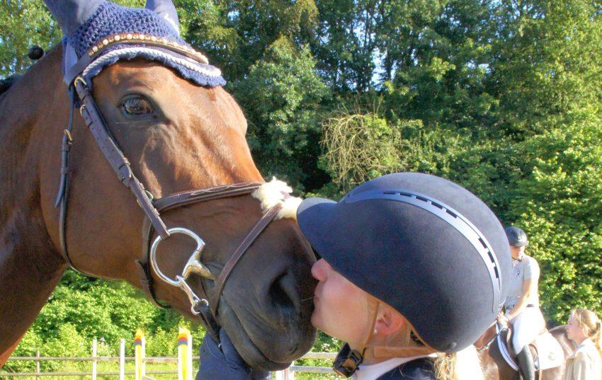 """""""Soweit reicht die Liebe zum Pferd. Reiten ist mehr als ein Sport. Reiten ist Gefühl und Vertrauen. Reiten ist eine Lebenseinstellung: voller Faszination, Leidenschaft und Sehnsucht"""", sagt Lea Schillitz über die Beziehung zu ihrer Maleika."""