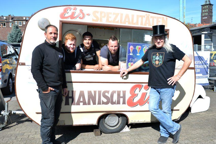 Der Eiswagen von Hanisch wartet auf weitere Spenden. Dirk Gerlach überreicht weitere 250 Euro. Im Bild v.l. Markus Micha, Gordan Cassel, Jodi AbdelAkzis, Christian Funke, Dirk Gerlach, Graf Hotte alias Horst Schröder.