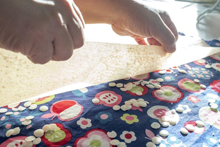 Workshop zur Herstellung von Wachstüchern bei entsorgung herne in Herne (NW), am Samstag (26.10.2019). Die Wachstücher finden Verwendung zum Firschhalten und Aufbewahrung von Lebensmitteln im Haushalt und sollen beispielsweise Frischhaltefolien aus Kunststoff ersetzen.