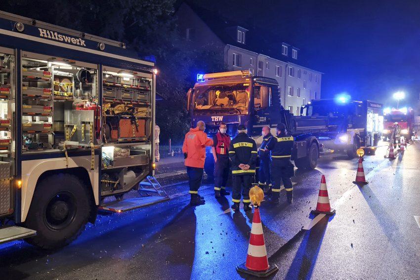 Unwettereinsatz der Feuerwehr in Herne (NW) nach einem Starkregenereignis mit Niederschlagsmengen von 70 bis 110 mm, am Donnerstagabend (08.07.2021). Hier: vollgelaufene Keller von zwei Mehrfamilienhäusern an der Kleinen Martinistraße 65 - 67 in Wanne.