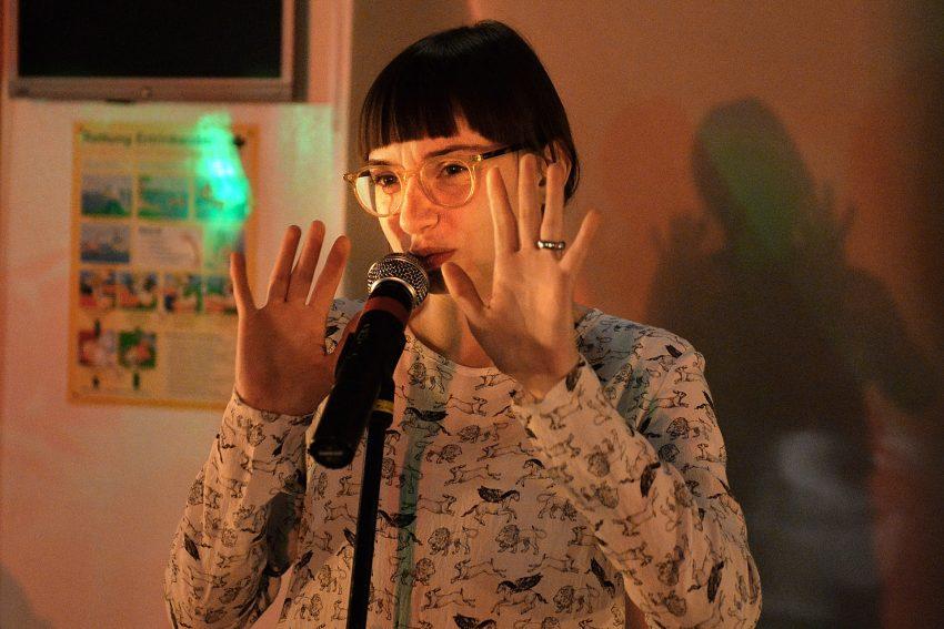 Poetry-Slam- Gewinnerin Jule Weber auf dem Kulturschiff