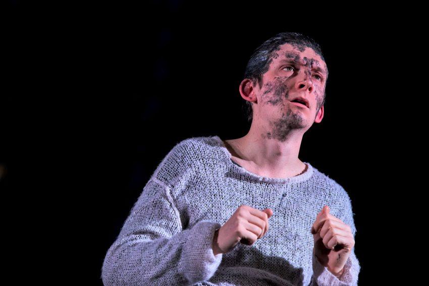 """Der britische Tenor Adam Temple-Smith, ab dieser Spielzeit 2021/22 festes Ensemblemitglied am MiR, begeistert als Madwoman in """"Curlew River""""."""