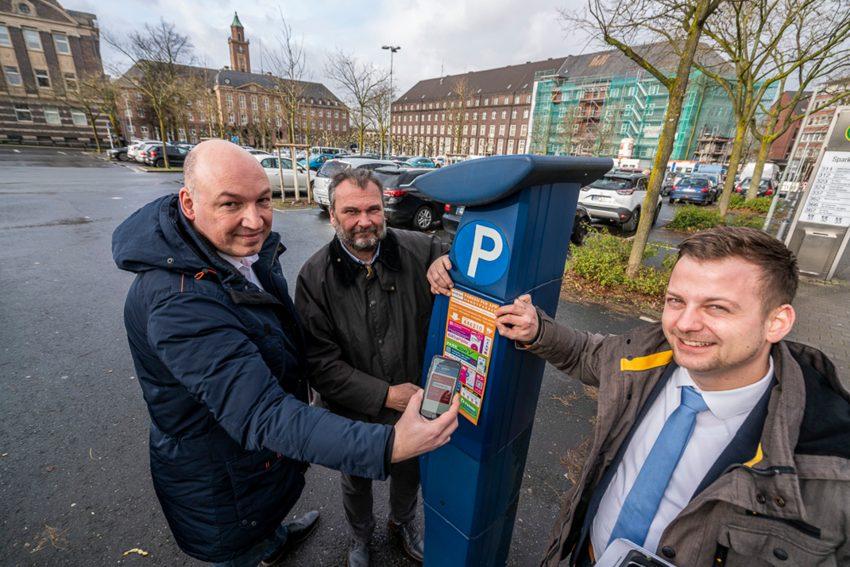 Ab sofort kann in Herne die Parkgebühr per App geregelt werden. Dr. Joachim Wahle, Dezernent Karlheinz Friedrichs und Pierre Golz, Stabsstelle Digitalisierung.