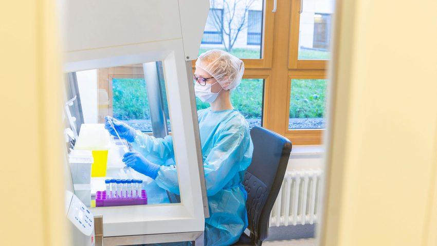 Eine Mitarbeiterin des Labors der St. Elisabeth Gruppe bei der Probenaufbereitung im Covid-Labor.