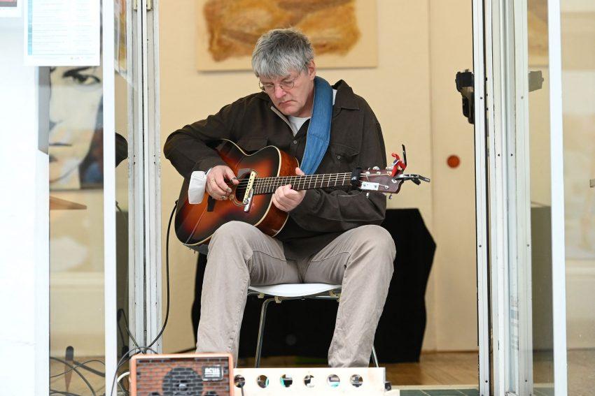 Michael Völkel spielt bei der Vernissage.
