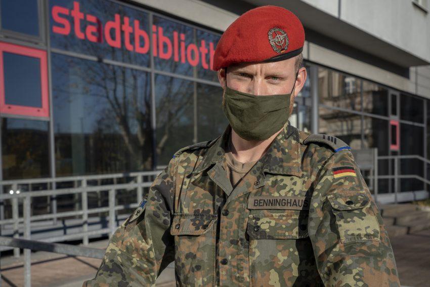 Manuel Benninghaus ist Soldat und unterstützt während der Pandemie das Gesundheitsamt.