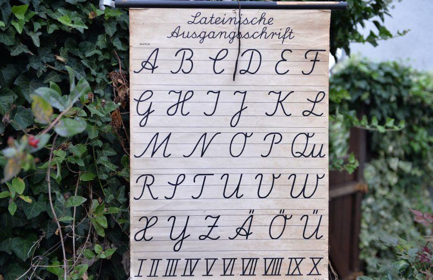 Alphabetisierung.