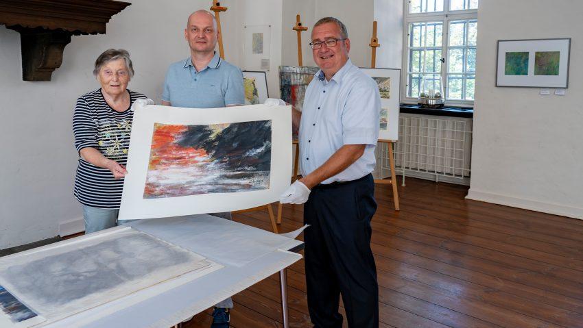 Schenkung von mehreren Werken von Gerhard Konopa (1935-2002) an das Emschertal-Museum, im Bild (v.li.) Christa Konopa, Thomas Konopa und Museumsleiter Dr. Oliver Doetzer-Berweger