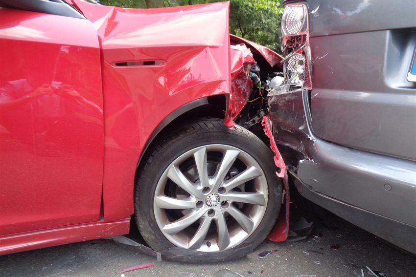 Ein Senior verlor die Kontrolle über seinen Pkw und kollidierte nach bisherigem Stand mit einem Bordstein und anschließend mit einem am Fahrbahnrand parkenden Fahrzeug.
