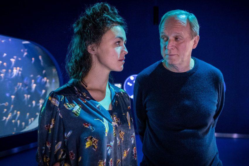 Kino-Tipp: Und wer nimmt den Hund? - Georg (Ulrich Tukur) verliebt sich in seine Doktorandin Laura (Lucie Heinze).
