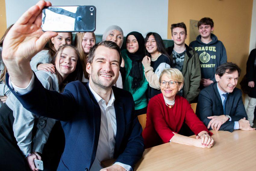 Projekt Teach First. Selfie mit FDP-NRW-Generalsekretär Johannes Vogel. Klasse 9 der Realschule Crange.