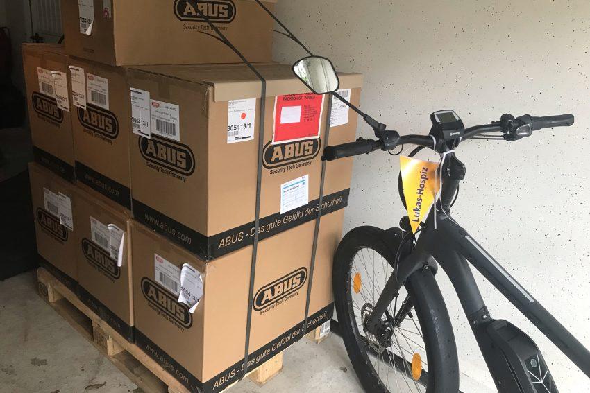 Fahrradhelm-Aktion der Mondritter und des ADFC.