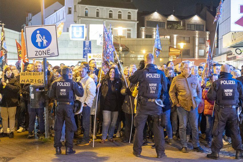 Protest gegen den Aufmarsch von Rechtsextremisten in Herne (NW), am Dienstag (05.11.2019). Im Bild: Polizei versperrt den Gegendemonstranten den Durchgang zur Bebelstraße.Foto: Stefan Kuhn