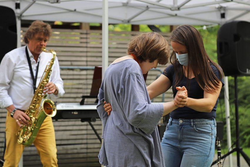 Musiker Ricky Kunze gibt am Saxophon alles, während Mitarbeiterin Marta Jelich (links) beim Standardtanz mit Bewohnerin Franziska Wieschhues die Führung übernimmt.