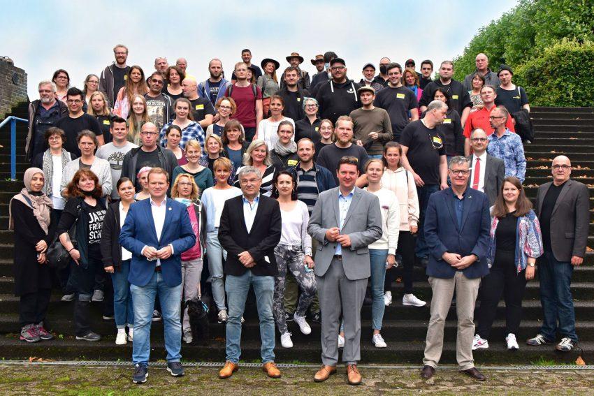 Gruppenfoto auf dem Castrop-Rauxeler Europaplatz: Alle Mitarbeiter des Westfälischen Landestheaters auf, vor und hinter der Bühne auf einen Blick.