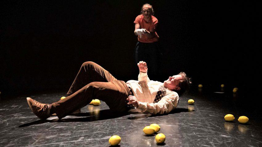 Träumt vom Land, in dem die Zitronen blühen: Ikarus (Maximilian Strestik), hinten Elias (Helge Salnikau).