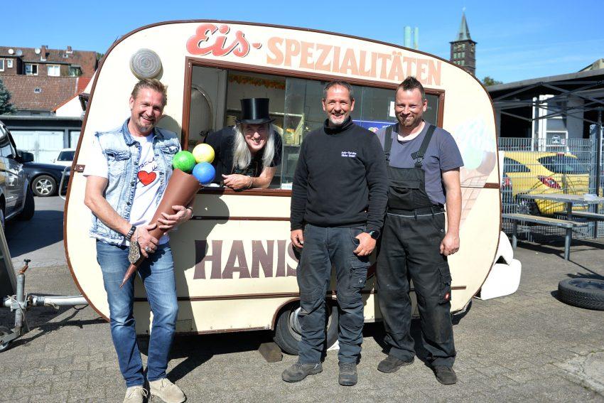 Der Eiswagen von Hanisch wartet auf weitere Spenden. Dirk Gerlach überreicht weitere 250 Euro. im Bild v.l. Dirk Gerlach, Horst Schröder, Markus Micha und Christian Funke.
