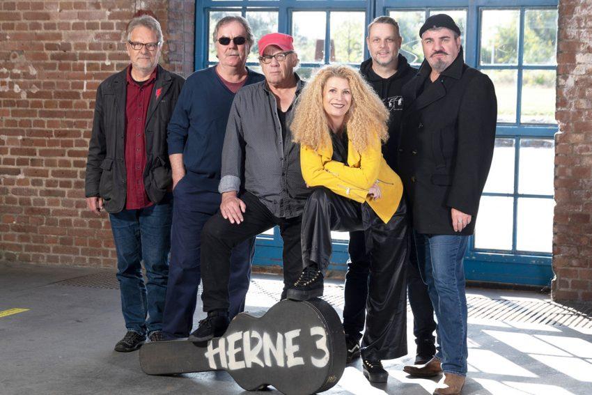 """Die Rockformation Herne 3 stellt die neue CD vor: """"Auf ein Neues!"""" im Bild v.l. Wolfgang Berke, Gerd Linke, Rainer August Koslowski, Grazia Bradi, Kolja Maletzki und Olaf Scherf."""