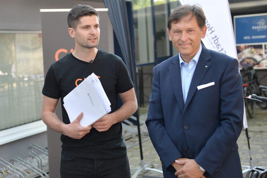 Max Hüsch, Deutschland-Chef des Berliner Start-Up Circ (vorher Flash), mit OB Dr. Dudda beim deutschlandweiten Start der E-Tretroller.