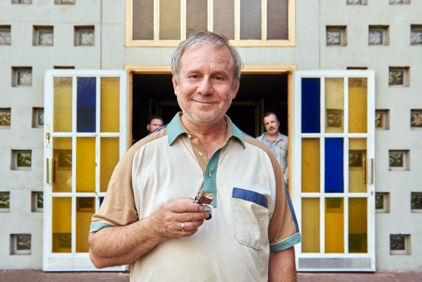 Georg Weiser (Joachim Król,) beglückt vor der Kirchentür.