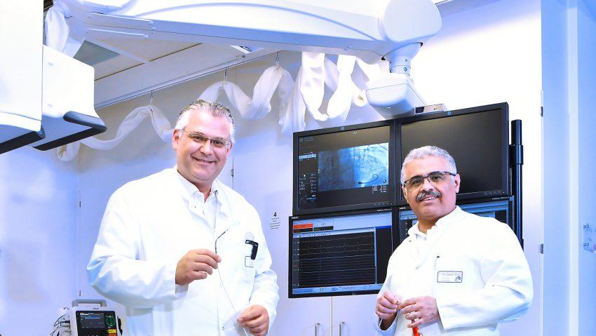Chefarzt Dr. Ali Halbos (l.) mit dem neuen Oberarzt Dr. Bassam Ali Humaid und der Impella Herzpumpe.