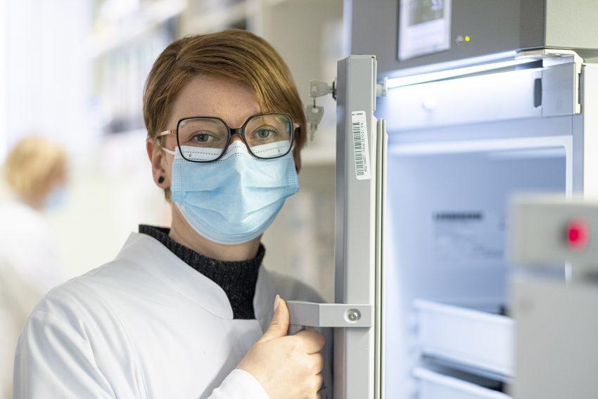 In der Ruhr-Apotheke von Robert Sibbel in Herne (NW) lagert Biontech-Impfstoff, der zum Verimpfen bei Hausärzten vorgesehen ist. Das Medikament erhält der Apotheker vom Großhandel, wo es von -75°C aufgetaut wurde. Bis zur Abgabe an die Hausärzte lagert es in einem Medikamenten-Kühlschrank bei rund 5 °C. Aufnahme vom Mittwoch (07.04.2021). Im Bild: PTA Miriam Scherhoff an dem Kühlschrank.