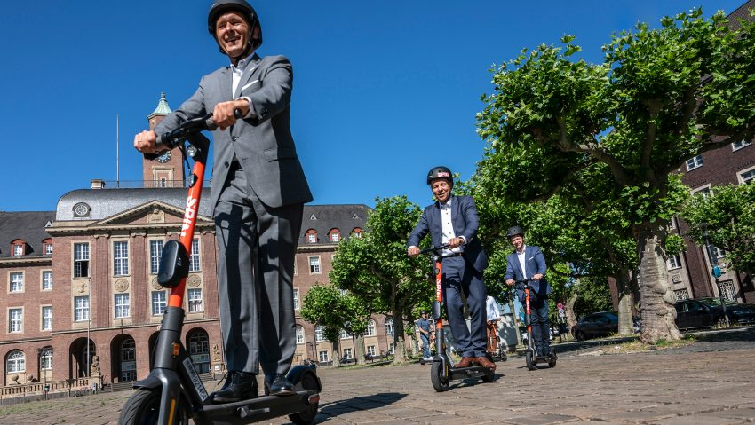 Oberbürgermeister Dr. Frank Dudda auf dem Spin E-Scooter.