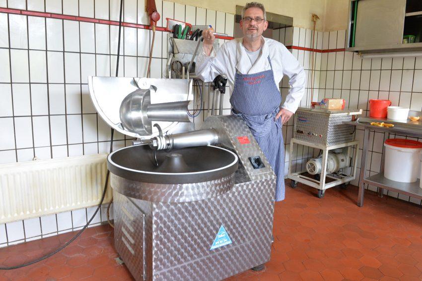 Metzgermeister Rainer Weber in seiner Wurstküche am Cutter.