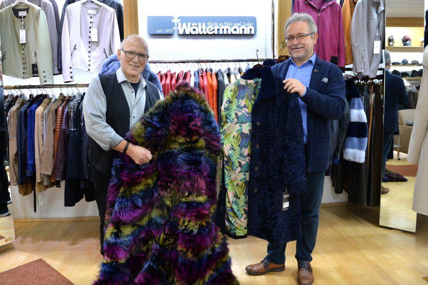 Mode in Pelz und Leder - Wältermann. Klaus Wältermann und der Inhaber Kürschnermeister Edward Chrobok mit einer bunt eingefärbten Decke und einem blauen Persianer.