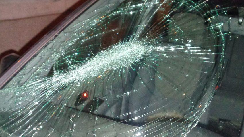 Schaden an der Frontscheibe eines Autos an der Castroper Straße in Herne.