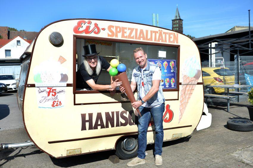 Der Eiswagen von Hanisch wartet auf weitere Spenden. Dirk Gerlach überreicht weitere 250 Euro. im Bild v.l. Horst Schröder und Dirk Gerlach.