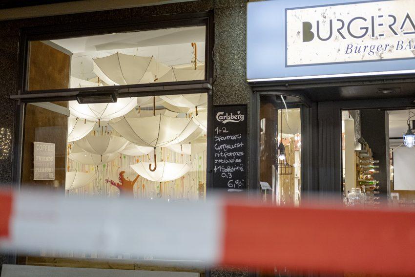 Teilweiser Einsturz einer Zwischendecke im Hamburger-Lokal