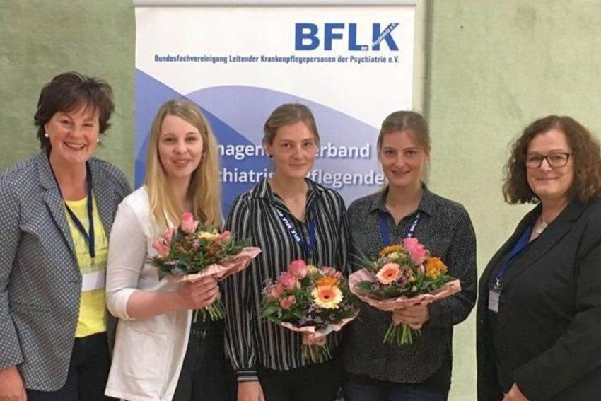 v.l. Pflegedirektorin Anne Rabeneck, Janine Vörding, Jil Schimming, Justine Schimming und die Laudatorin Christiane Frenkel, Pflegedirektorin der LVR Klinik Essen und Vorstandsmitglied der BFLK NRW.