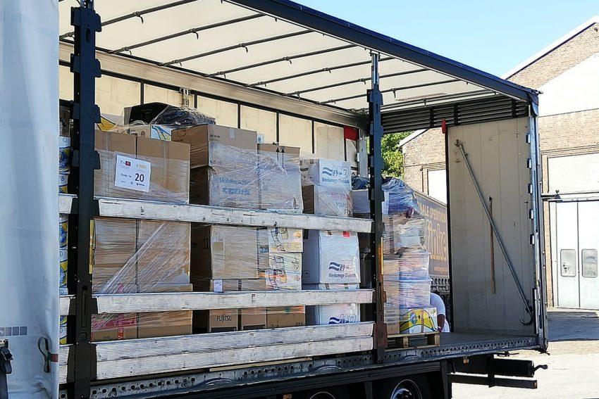 Mitglieder der Vinzenzkonferenzen verladen Hilfsgüter für die Ärmsten im ungarische Kaposfö.