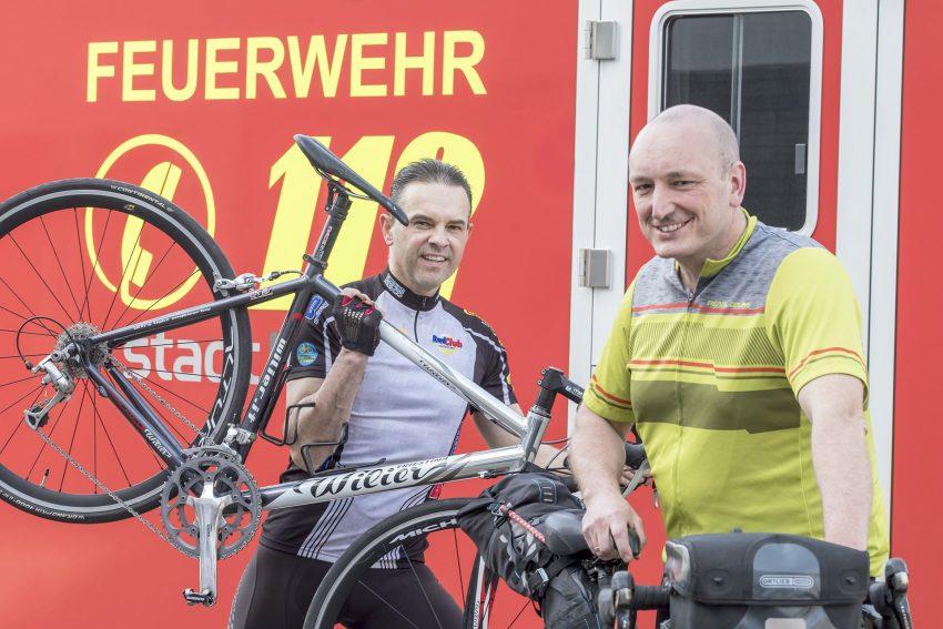 Volker Rudolf und Marcus Vogel von der Herner Berufsfeuerwehr starten zur dreitägigen Fahrt nach Berlin.
