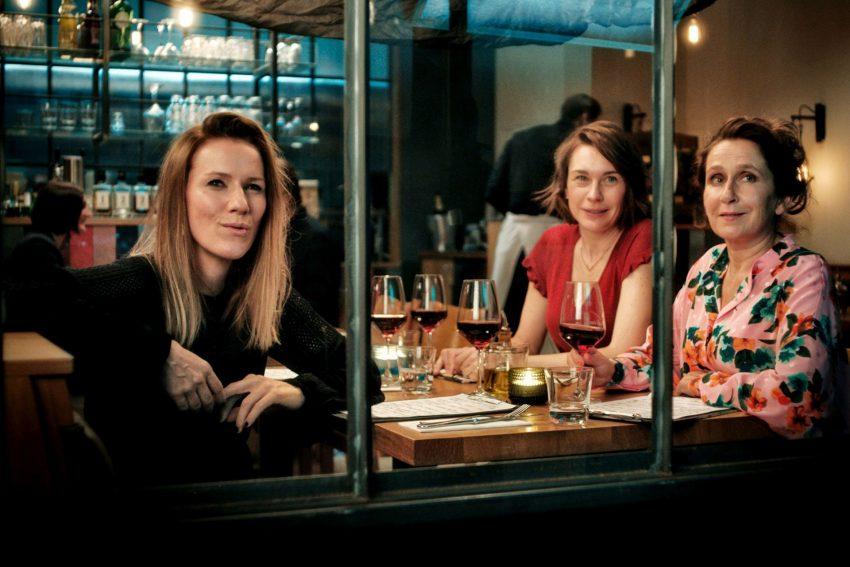 Neidisch beäugen Emilia (Christiane Paul, Mi.) und ihre Freundinnen Magda (Bettina Lamprecht, li.) und Heike (Barbara Philipp, re) den neuen Mann an Emilias Seite.