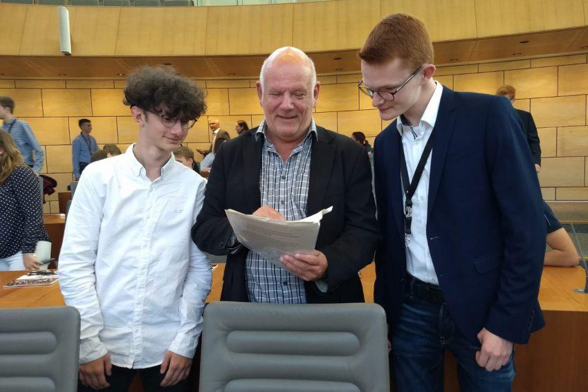 v.l. Deniz Breuer vom Pestalozzi-Gymnasium , Thomas Nückel und Jan Krawiec vom Gymnasium Wanne.