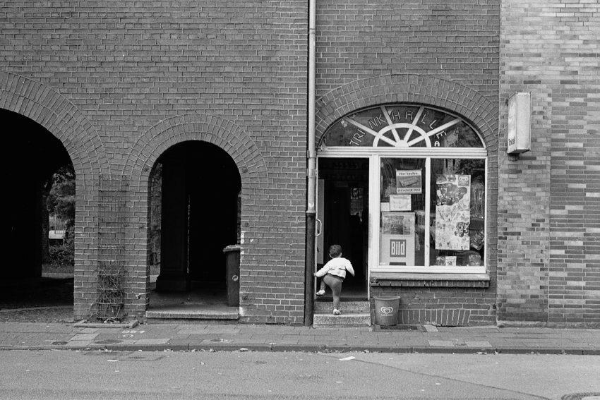 Aus dem Jahr 2007 stammt dieser Momentaufnahme einer Trinkhalle in Duisburg-Marxloh aus der Serie von Brigitte Kraemer.