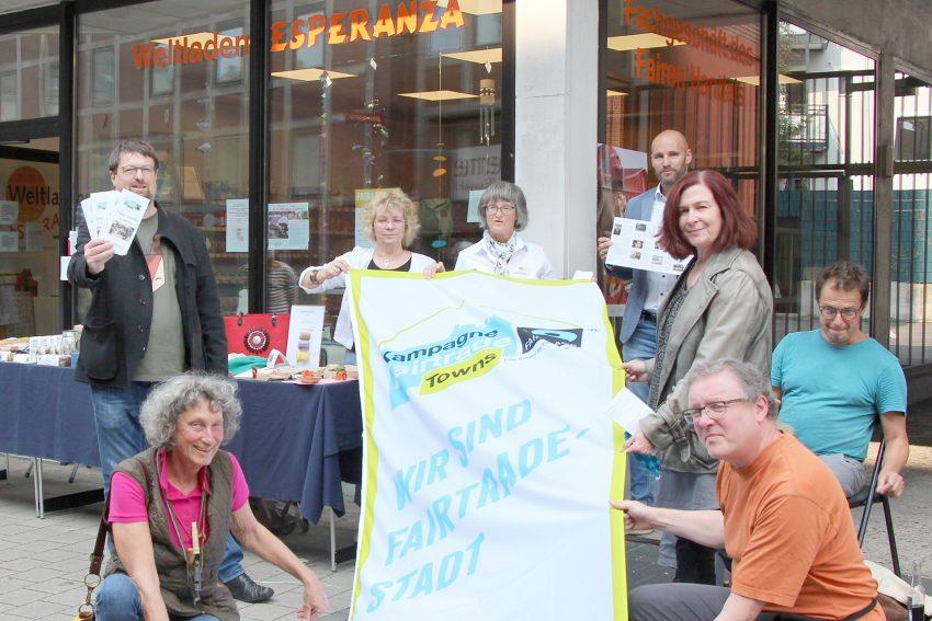 Die Mitglieder der Steuerungsgruppe Fairtrade-Stadt zeigen Flagge für den Fairen Handel in Herne.