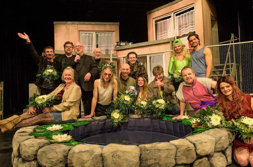 Große Freude vor, auf und hinter der Bühne vor dem Neustart: Die bunte Mondpalast-Theaterfamilie.