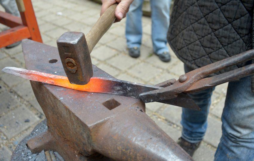Schmieden für Anfänger im Archäologie-Museum.